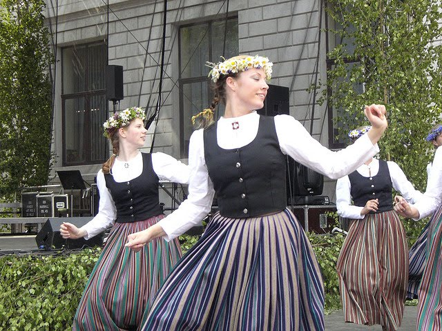 Women Dancing Latvian 25